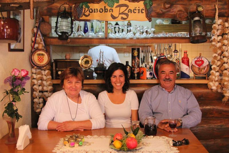 Nasmijana obitelj Bačić u svojoj prelijepoj konobi.