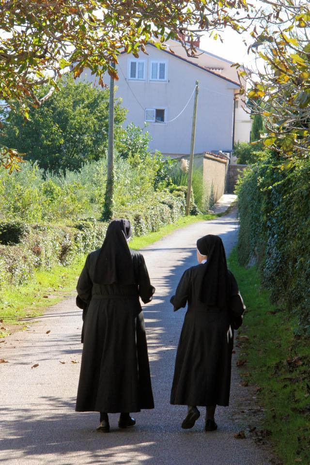 Časne sestre šetajući oko samostana